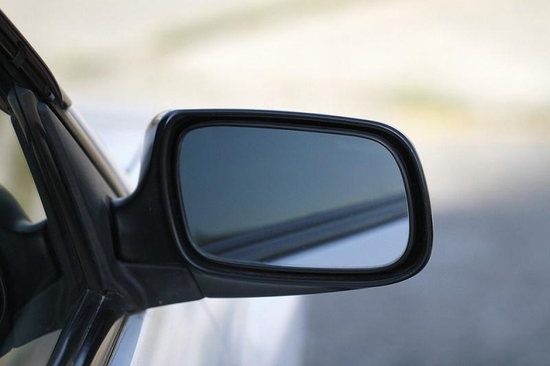 Gli specchietti retrovisori hanno il compito di aumentare la visibilità